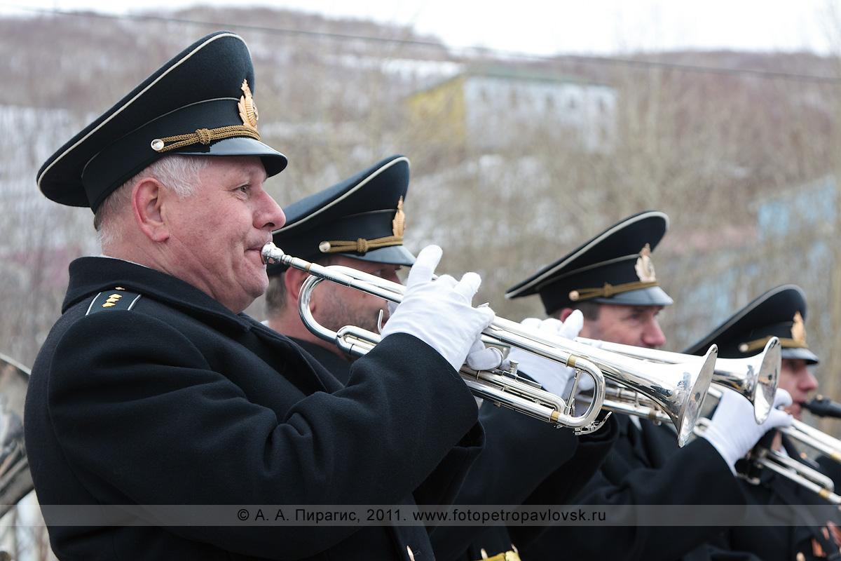 Фотография: выступление музыкантов оркестра Войск и Сил на северо-востоке России 9 Мая, в День Победы, в городе Петропавловске-Камчатском