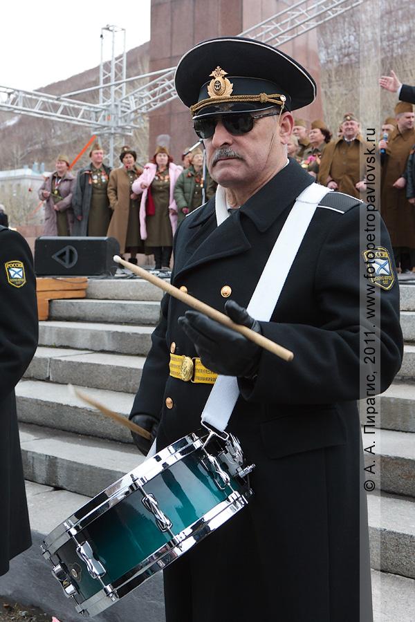 Фотография: музыкант оркестра Войск и Сил на северо-востоке России. Праздничный концерт 9 Мая