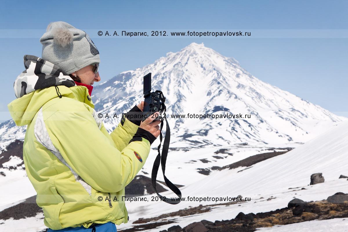 Фотография: девушка с фотоаппаратом на фоне Корякского вулкана. Камчатка, Авачинский перевал