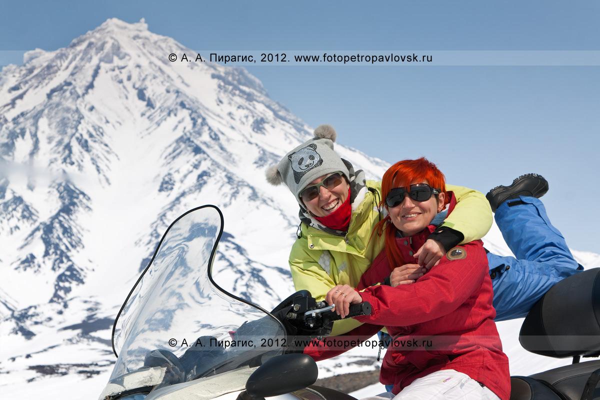Фотография: симпатичные девушки на снегоходе. На заднем плане: Корякский вулкан (Камчатка)