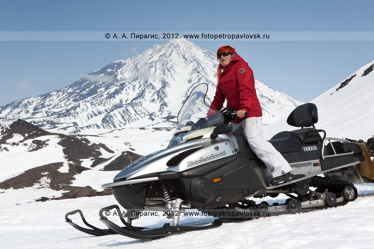 Фотография: девушка на снегоходе. Полуостров Камчатка, Авачинский перевал. На заднем плане: Корякский вулкан