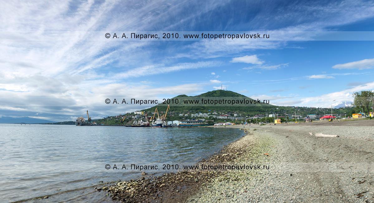 Фотография: панорама города Петропавловска-Камчатского — городской пляж на Озерновской косе, берег Авачинской губы (бухты); на дальнем плане — Мишенная сопка