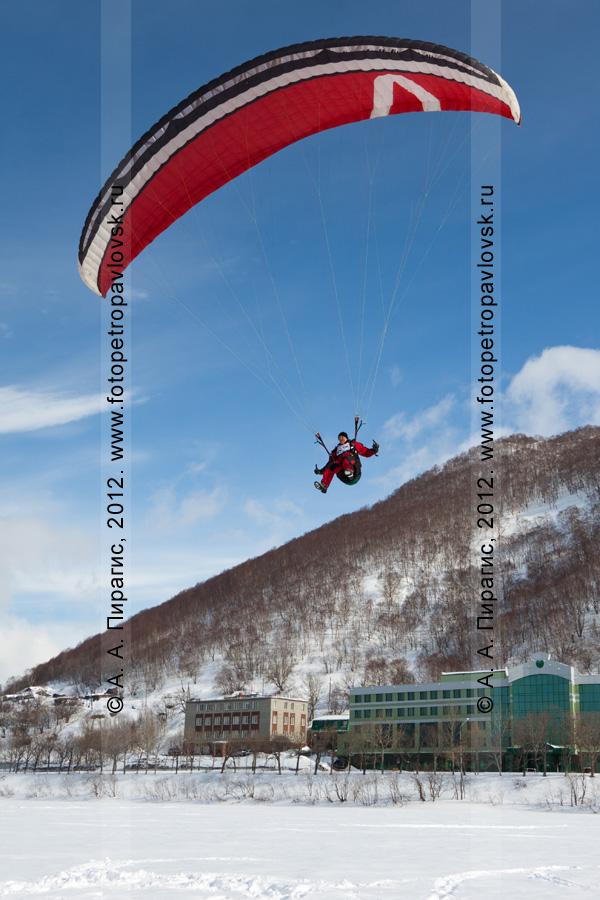 Фотография: последние метры полета на параплане перед посадкой на Култучное озеро (Петропавловск-Камчатский). Чемпионат Камчатского края по парапланерному спорту