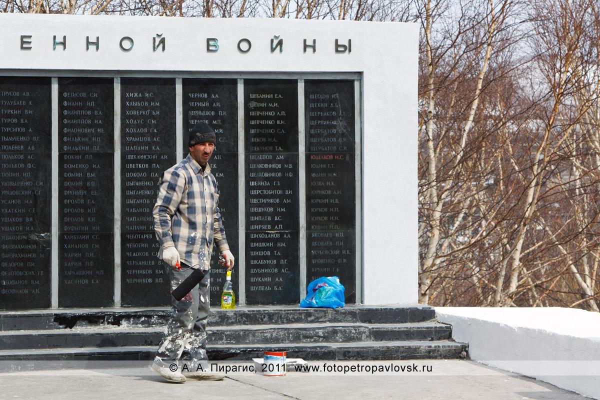 Фотография: благоустройство мемориала памяти камчатцев, погибших во Второй мировой войне, перед празднованием 9 Мая — Дня Победы