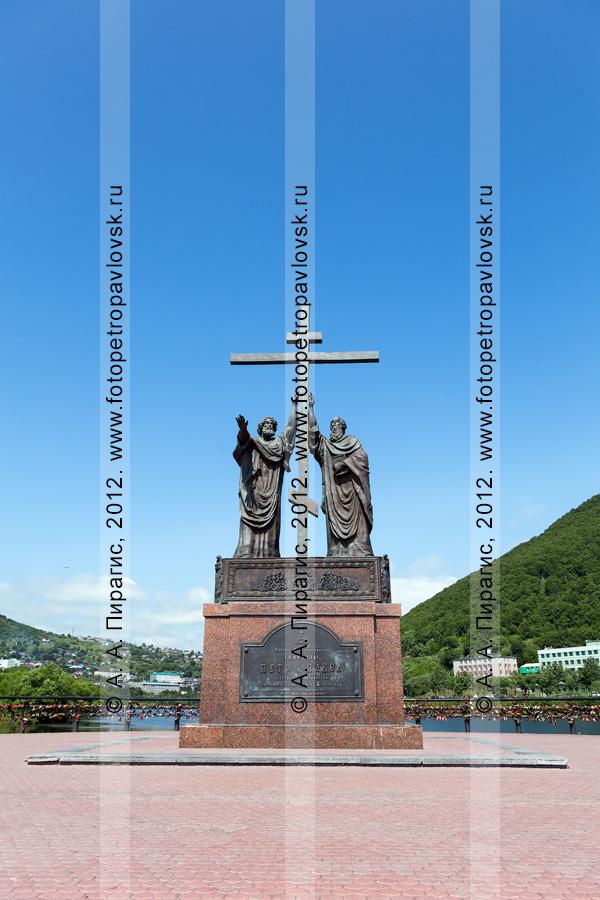Фотография: памятник святым апостолам Петру и Павлу на Озерновской косе в городе Петропавловске-Камчатском