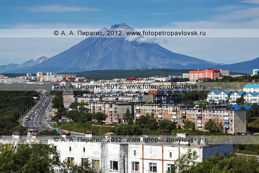 Фотография: вид на Корякский вулкан (Корякская сопка) и город Петропавловск-Камчатский — административный центр Камчатского края