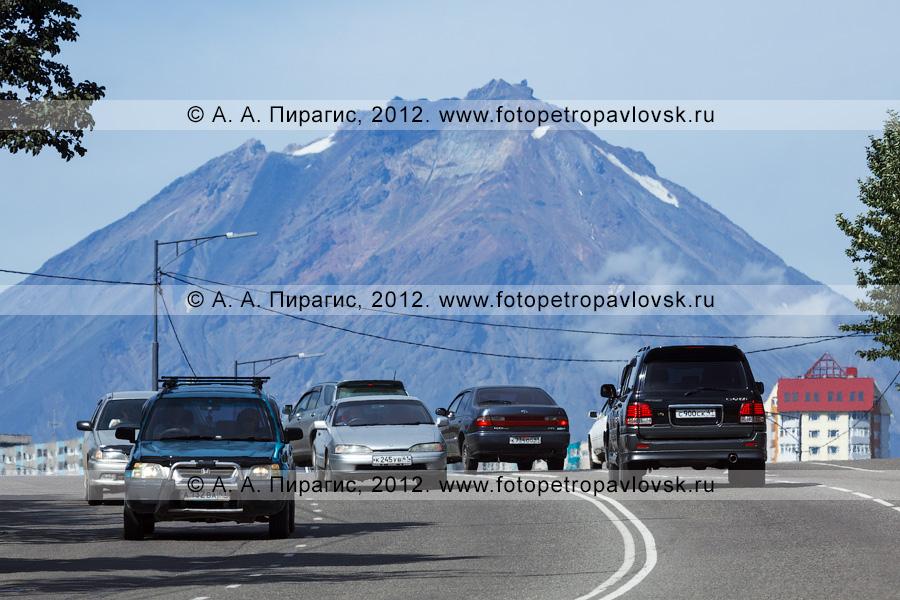 Фотография: дорого по улице Ленинградской в городе Петропавловске-Камчатском. На заднем плане: Корякский вулкан