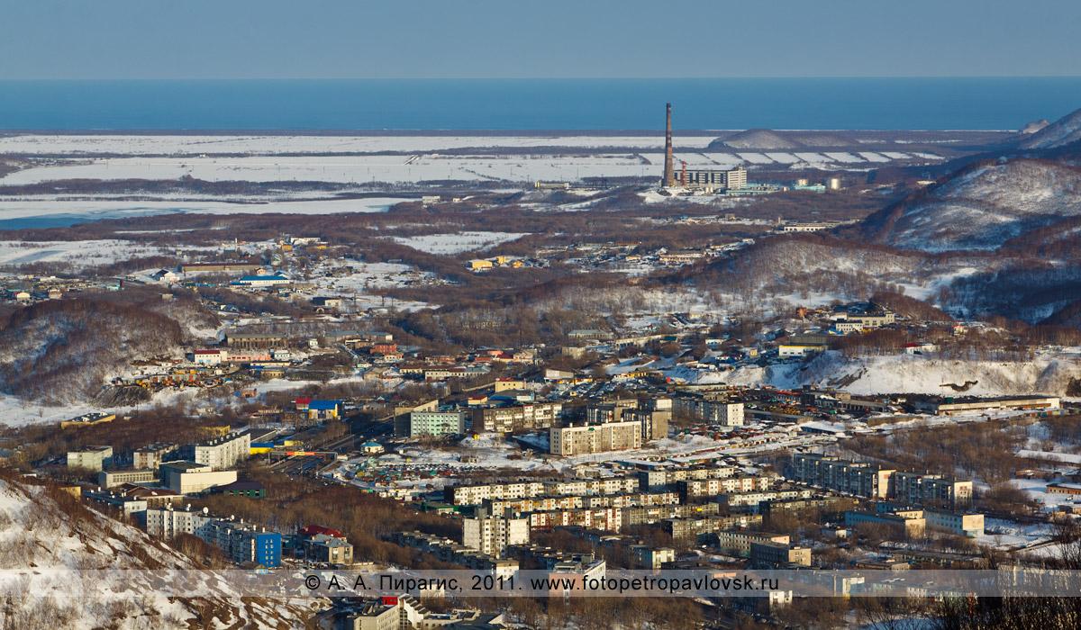 Фотография: город Петропавловск-Камчатский, район улицы Пограничной. На заднем плане — Камчатская ТЭЦ-2, Халактырский пляж, Тихий океан