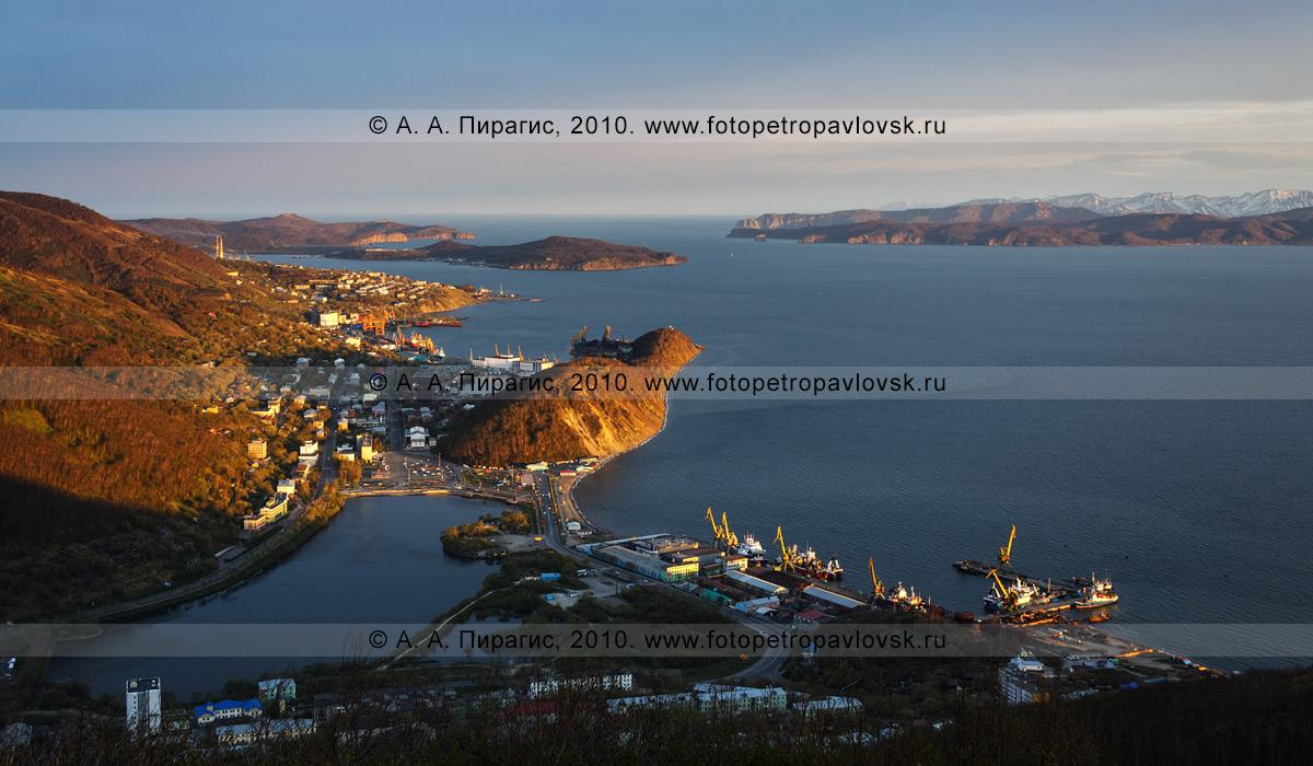 Фотография: Петропавловск-Камчатский на закате (центр и южная часть), ворота (вход) в Авачинскую губу (бухту). Панорама города