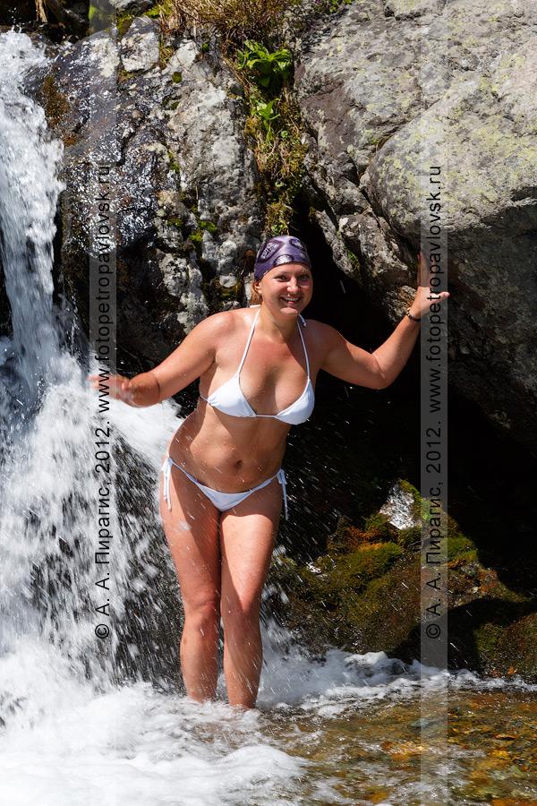 Фотография: водопадик на реке Половинка и девушка в купальнике. Фотография сделана во время однодневного путешествия к Голубым озерам на полуострове Камчатка