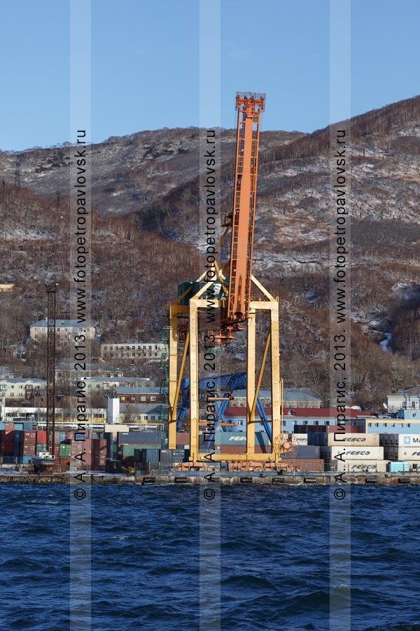 Фотография: город-порт Петропавловск-Камчатский, вид на Петропавловск-Камчатский морской торговый порт. Камчатский край