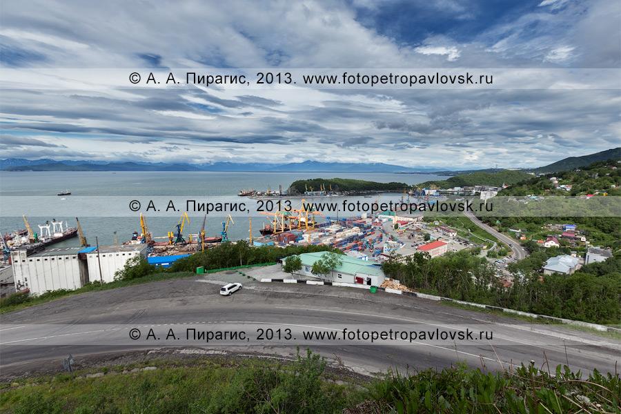 Фотография: вид на город Петропавловск-Камчатский на берегу Авачинской губы (Авачинской бухты)