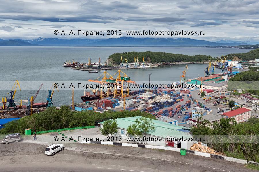Фотография: вид на столицу Камчатского края (Петропавловск-Камчатский), Авачинскую губу (Авачинскую бухту) и Петропавловск-Камчатский морской торговый порт
