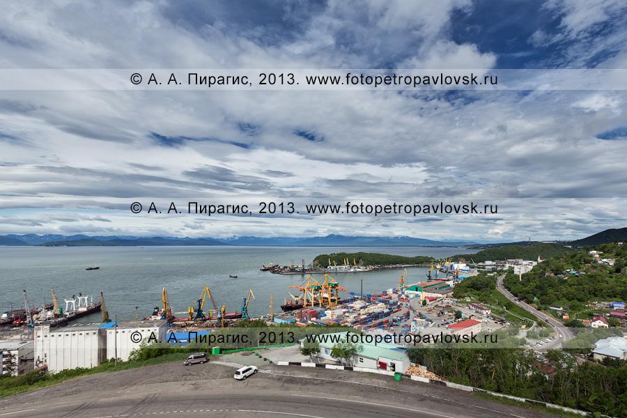 Фотография: вид на город Петропавловск-Камчатский, Авачинскую губу (Авачинскую бухту) и Петропавловск-Камчатский морской торговый порт