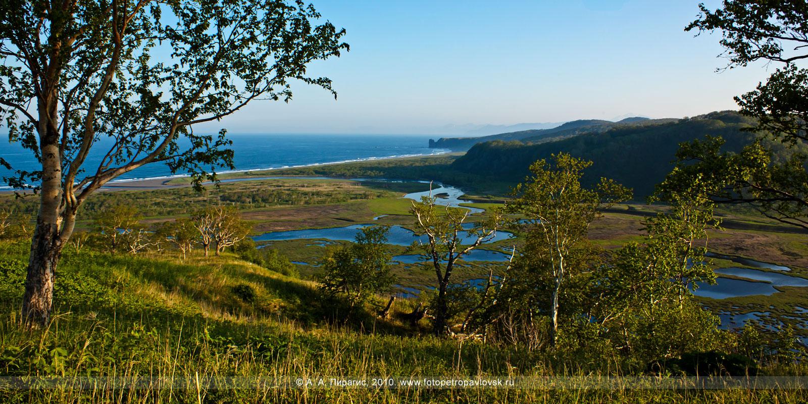 Фотография: панорама — вид на озеро Приливное, Авачинский залив Тихого океана (окрестности города Петропавловска-Камчатского)