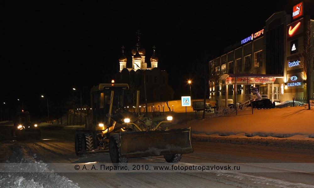 Фотография: работа грейдеров — ночная расчистка дорог от снега. Город Петропавловск-Камчатский, улица Зеркальная (район между 4-м и 5-м километрами)