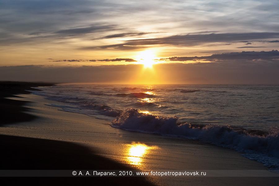 Фотография: рассвет на берегу Тихого океана, восточное побережье Камчатки, Халактырский пляж