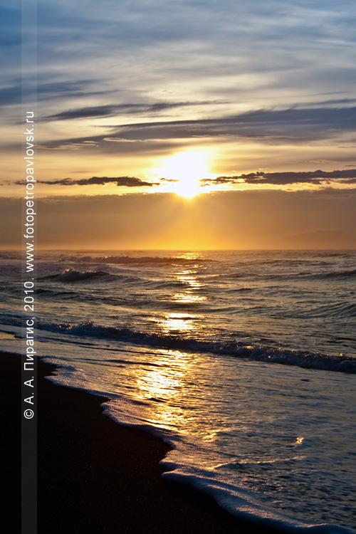 Фотография: восход солнца над Тихим океаном, восточное побережье Камчатки, Халактырский пляж