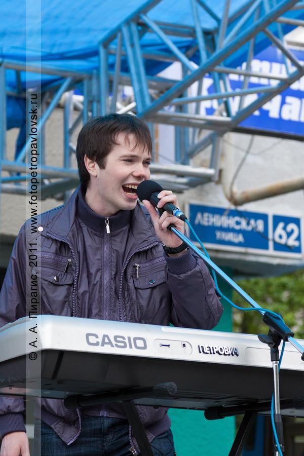 Фотография: камчатский рок-музыкант. Праздничный рок-концерт в День молодежи. Город Петропавловск-Камчатский