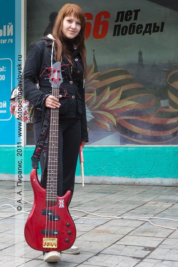 Фотография: девушка с гитарой перед выступлением на рок-концерте в День молодежи. Город Петропавловск-Камчатский