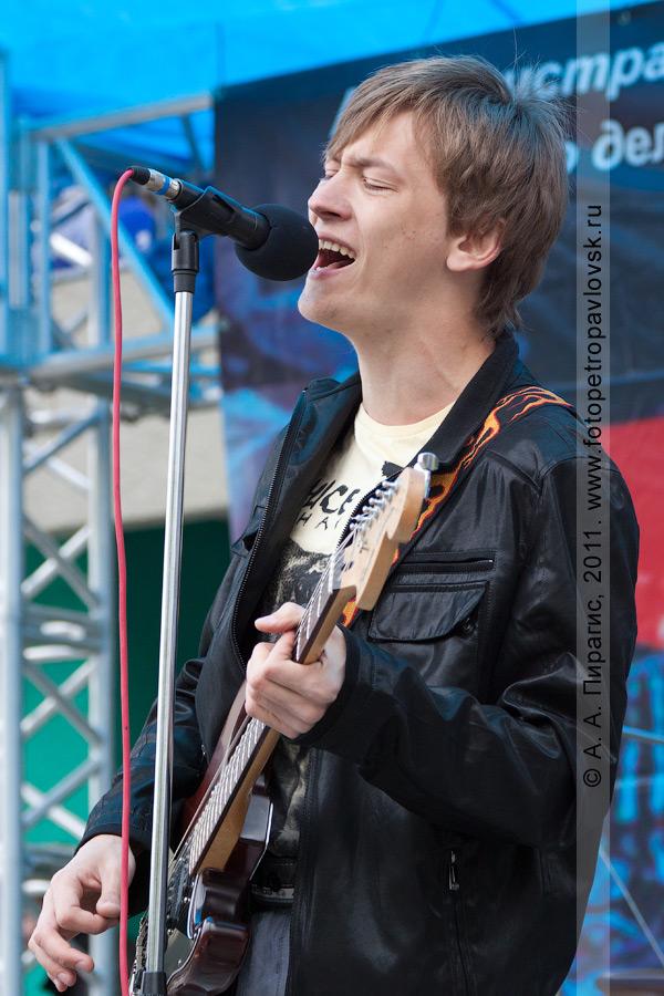 Фотография: выступает камчатский рок-музыкант. День молодежи в городе Петропавловске-Камчатском