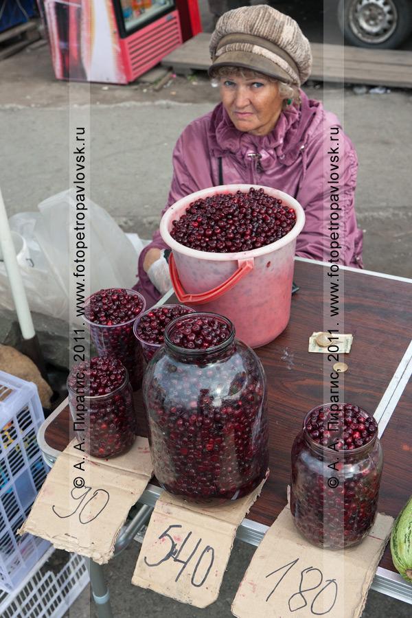 Фотография: продажа брусники в Петропавловске-Камчатском (стихийный рынок у фонтана на 6-м километре)