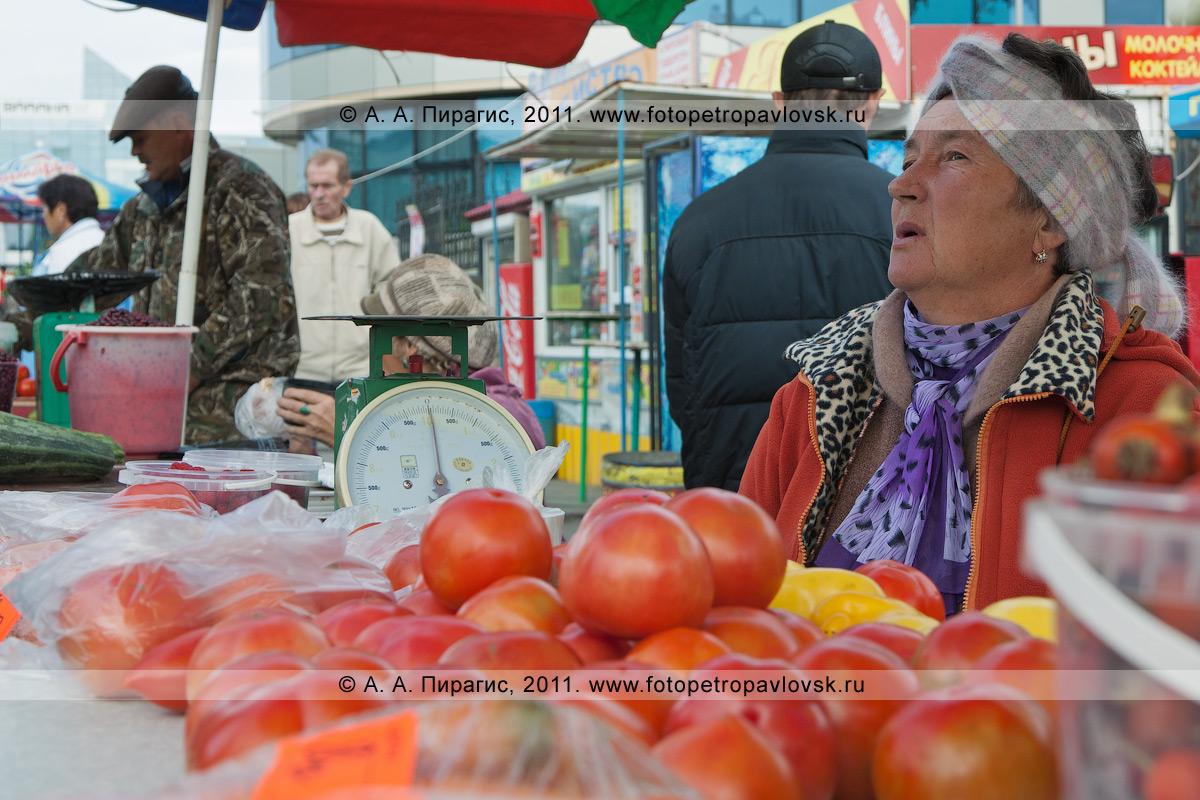 Фотография: продавец сельхозпродукции, выращенной в частном подсобном хозяйстве. Камчатка, город Петропавловск-Камчатский