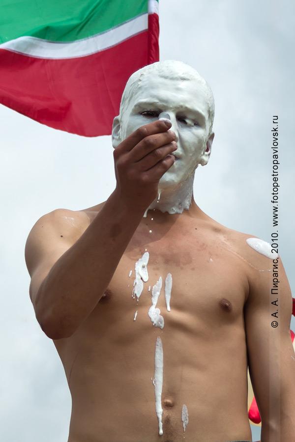 """Фотография: празднование Сабантуя на Камчатке. """"Достань колечко"""" — традиционная забава"""