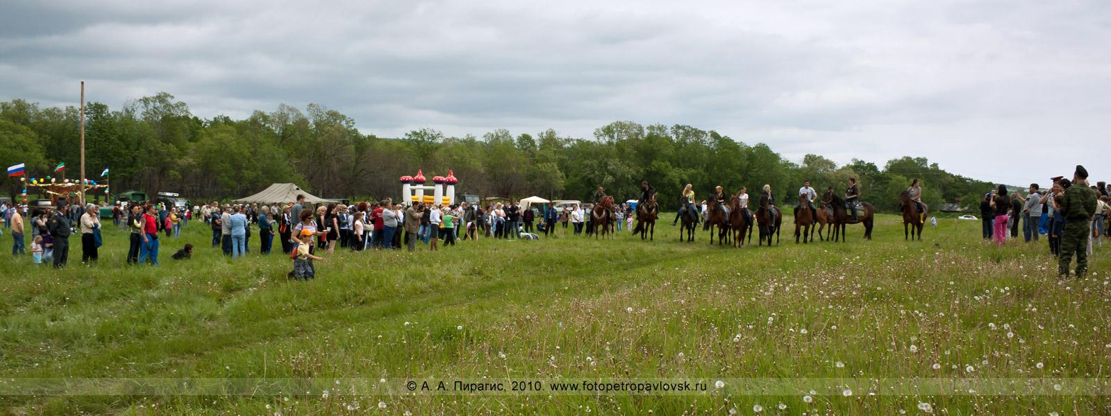 Фотография: Сабантуй на Камчатке. Традиционное национальное состязание татаров и башкиров — скачки на лошадях