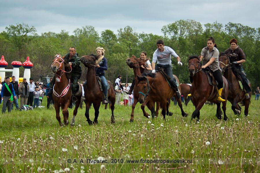 Фотография: празднование Сабантуя на Камчатке. Национальное состязание башкиров и татаров — гонки на лошадях