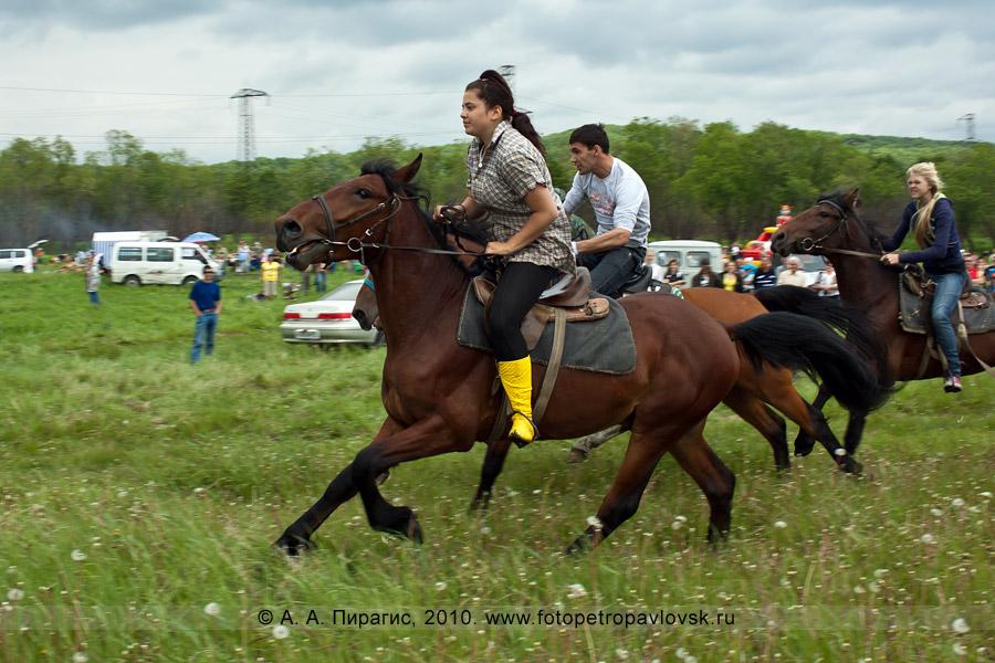 Фотография: Сабантуй в Камчатском крае. Национальное состязание — скачки на лошадях