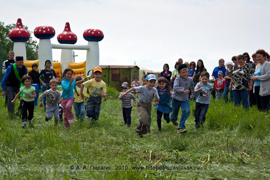 Фотография: празднование Сабантуя на Камчатке. Состязание среди детей — бег