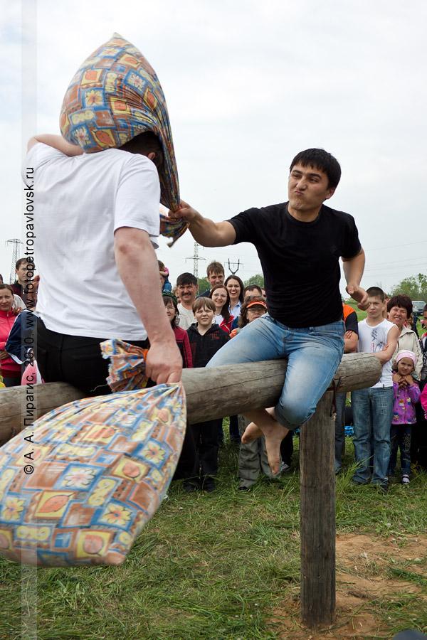 """Фотография: проведение Сабантуя на Камчатке. Состязание — """"бои на подушках"""""""