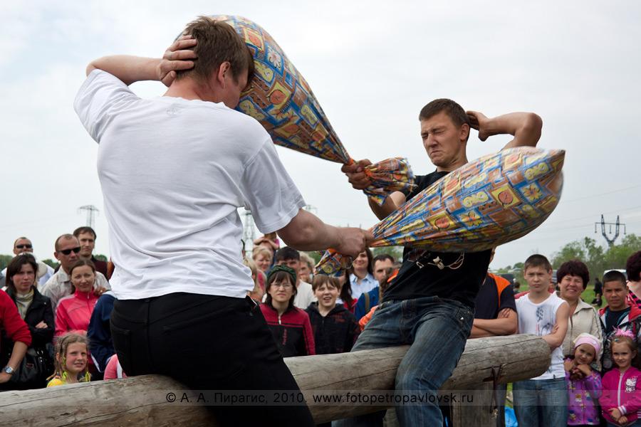 """Фотография: проведение Сабантуя в Камчатском крае. Состязание среди мужчин — """"бои на подушках"""""""