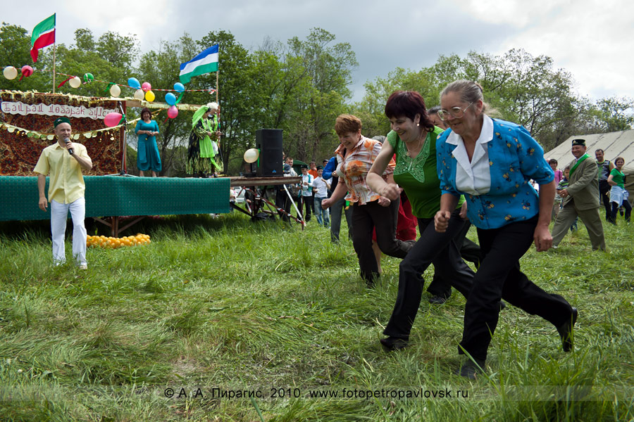 Фотография: празднование Сабантуя на Камчатке. Состязание среди женщин — бег