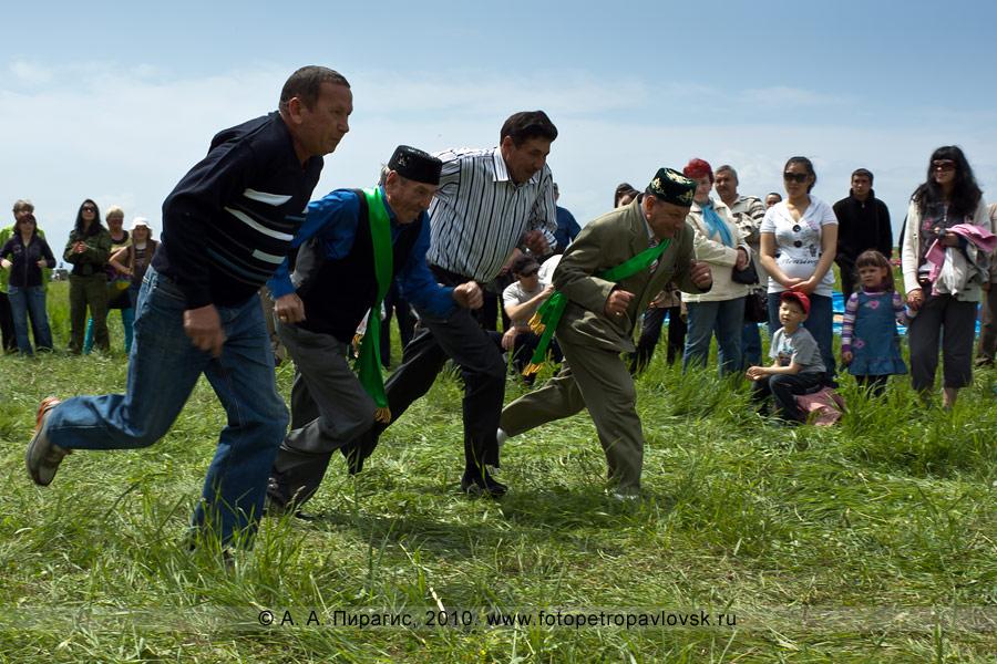 Фотография: празднование Сабантуя на Камчатке. Состязание среди мужчин — бег