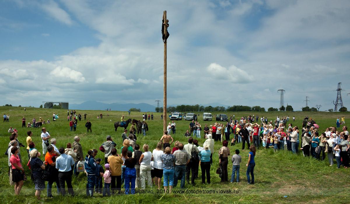 Фотография: празднование Сабантуя в Камчатском крае. Традиционное состязание на Сабантуе: лазанье на столб