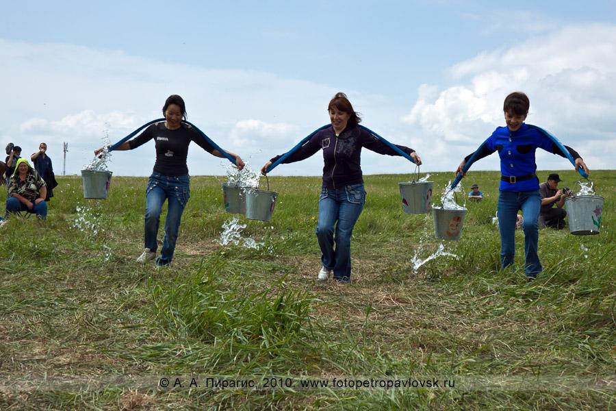 Фотография: Сабантуй на Камчатке. Состязание среди женщин — бег с коромыслом