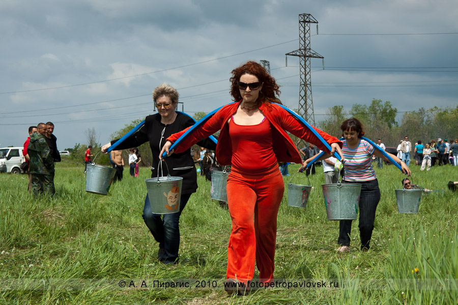Фотография: празднование Сабантуя на Камчатке. Состязание среди женщин — бег с коромыслом