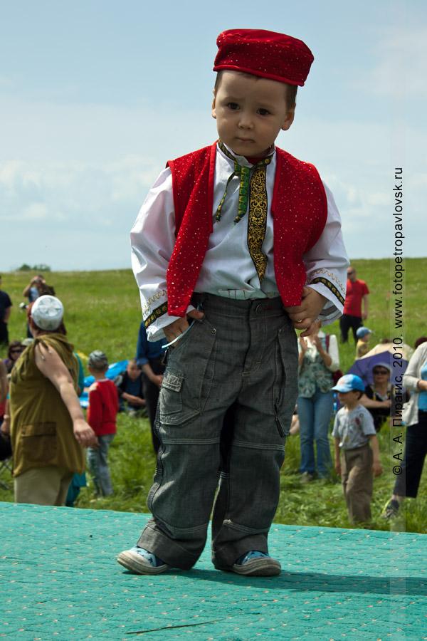 Фотография: празднование Сабантуя на Камчатке. Юный участник национального праздника