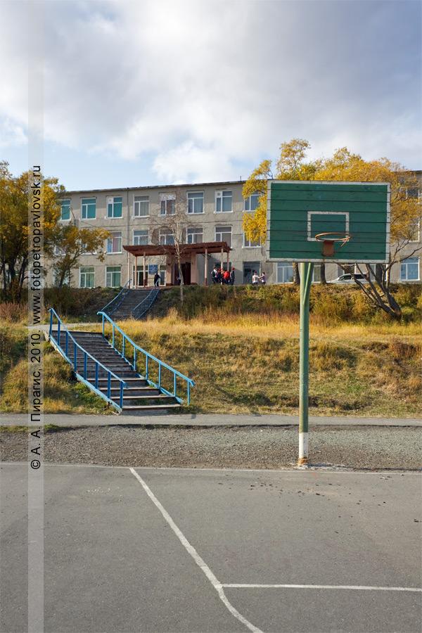 Фотография: вид на петропавловскую школу № 33 с баскетбольной площадки