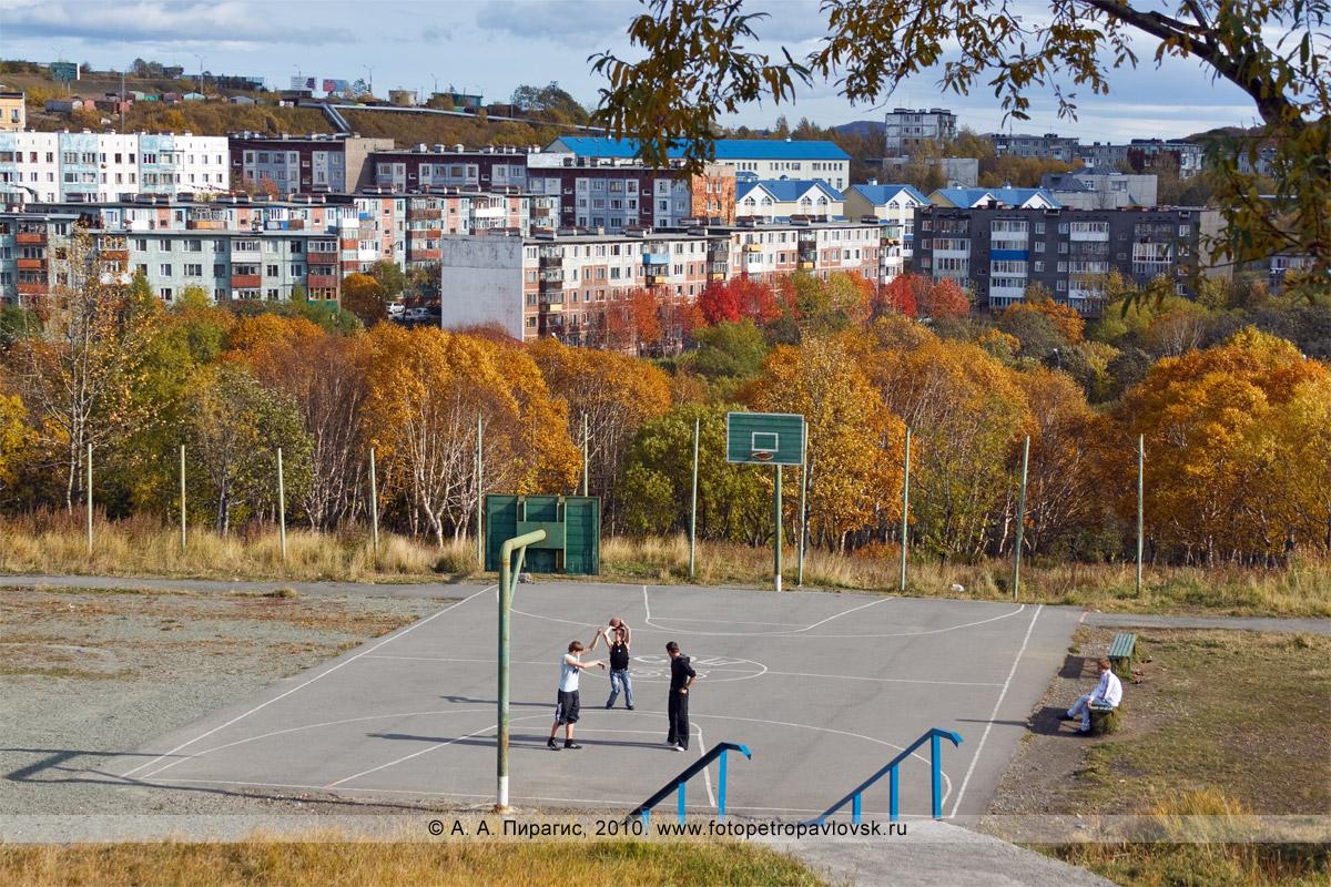 Фотография: баскетбольная площадка школы № 33 в городе Петропавловске-Камчатском