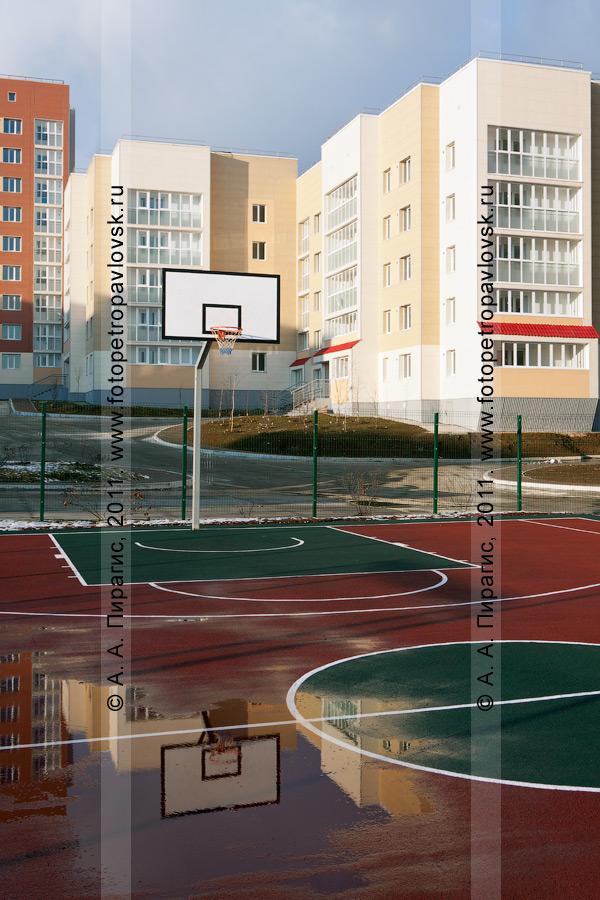 """Фотография: новая баскетбольная площадка в новом квартале микрорайона """"Северо-Восток"""" в городе Петропавловске-Камчатском. На фотографии видно качество строительства спортивного объекта — в луже баскетбольной площадки видно отражение баскетбольного щита"""