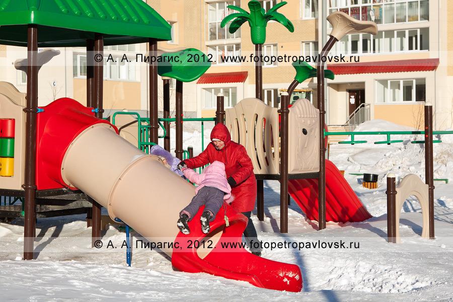 """Фотография: молодая мама играет с детьми на детской игровой площадке в микрорайоне """"Северо-Восток"""" города Петропавловска-Камчатского"""