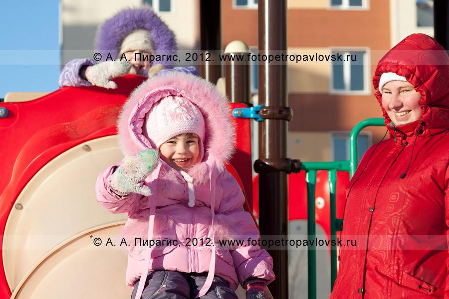 """Фотография: жители города Петропавловска-Камчатского — дети с молодой мамой на детской игровой площадке. Полуостров Камчатка, город Петропавловск-Камчатский, микрорайон """"Северо-Восток"""""""