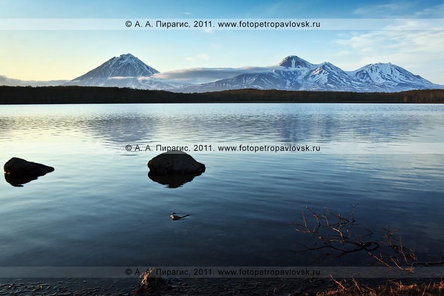 """Фотография: Синичкино озеро, камчатские """"домашние"""" вулканы — Корякский, Авачинский и Козельский"""