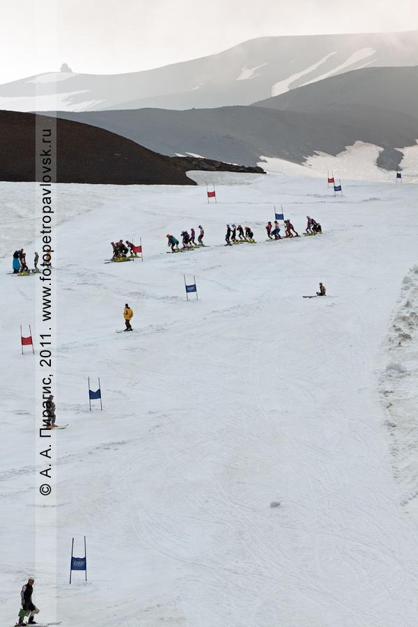 Фотография: камчатские спортсмены-горнолыжники готовят трассу перед летним первенством Камчатского края по горнолыжному спорту. Полуостров Камчатка, склон Авачинского вулкана