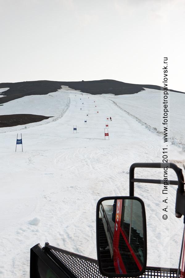 Фотография: верхняя часть горнолыжной трассы гигантского слалома (слалома-гиганта) на Авачинском вулкане — место проведения летнего первенства Камчатского края по горнолыжному спорту