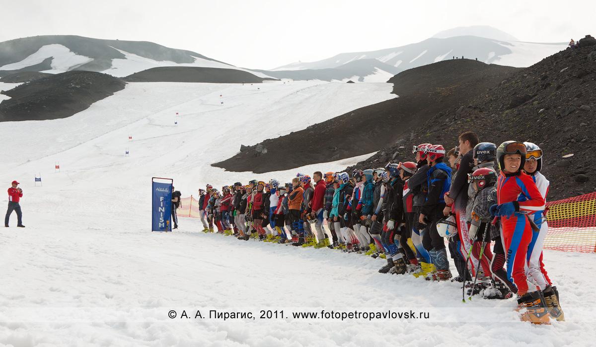 Фотография: камчатские спортсмены-горнолыжники — участники летних соревнований по горнолыжному спорту на склоне Авачинского вулкана