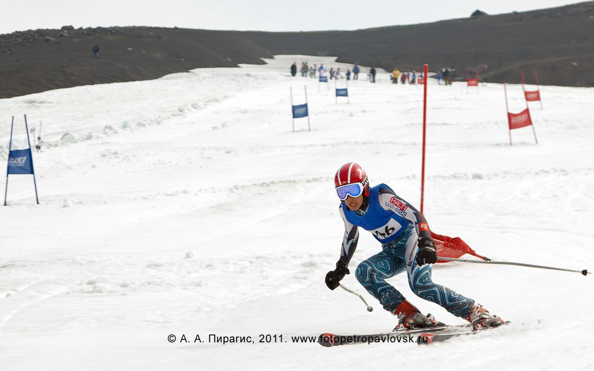 Фотография: камчатский спортсмен-горнолыжник на трассе слалома-гиганта на Авачинском вулкане. Летние соревнования по горнолыжному спорту на Камчатке